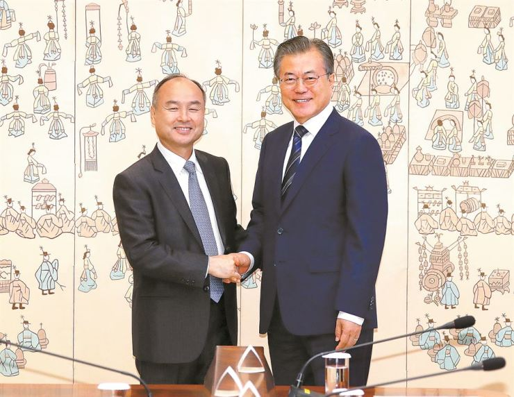 President Moon Jae-in shakes hands with Softbank Chairman Masayoshi Son during their meeting at Cheong Wa Dae in Seoul, Thursday. Yonhap
