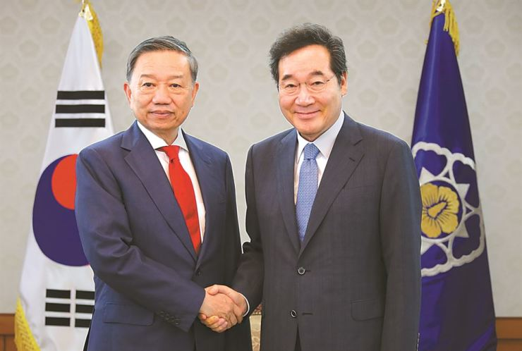 Prime Minister Lee Nak-yon, rights, shakes hands with Vietnamese Minister of Public Security To Lam during the latter's visit to the Government Complex Seoul, Monday. Lee apologized for the recent case where a Korean husband assaulted his Vietnamese wife,