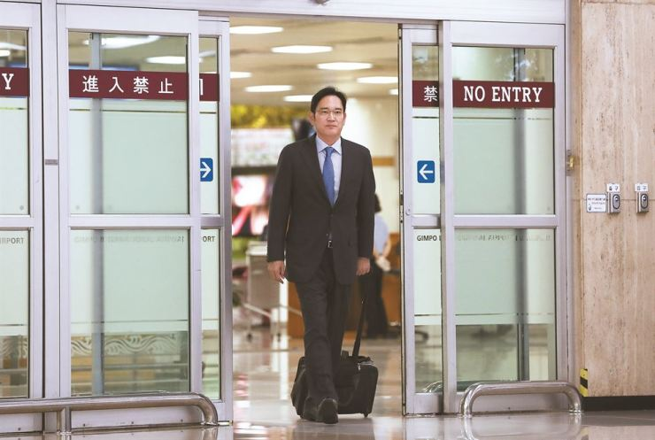 Samsung Samsung Electronics Vice Chairman Lee Jae-yong exits Gimpo International Airport, Friday evening, after a six-day visit to Japan following Tokyo's decision to impose export restrictions on resource materials for semiconductors. According to Japanese media reports, Lee met with executives of three of Japan's major financial groups and conveyed his concerns about the measures. / Yonhap
