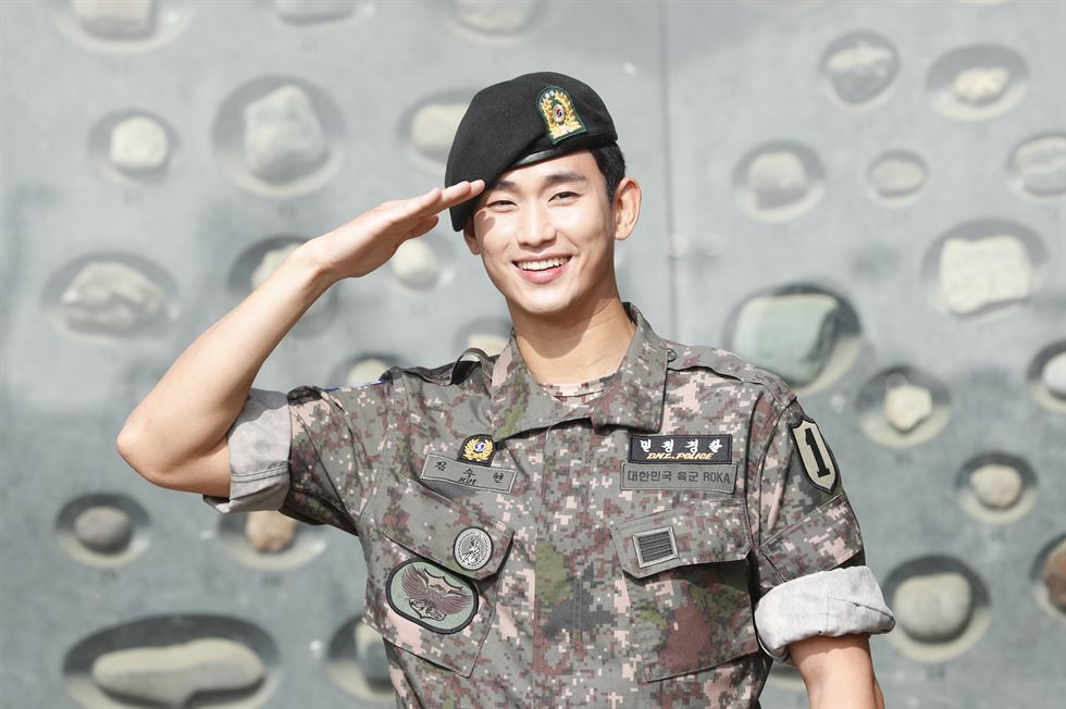 Kim Soo-hyun, in military uniform, meets fans outside the 1st Infantry Division at Imjingak in Paju, Gyeonggi Province, on Monday. News1