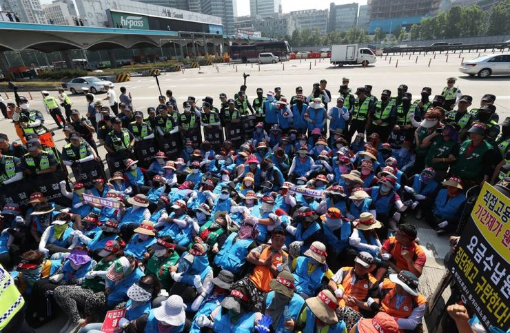 Highway toll collectors occupy some lanes on the expressway near the Seoul Tollgate in Seongnam, Gyeonggi Province, Thursday, during their rally to demand the Korea Express Corp. switch the employees' status to that of regular workers by hiring them directly. Yonhap