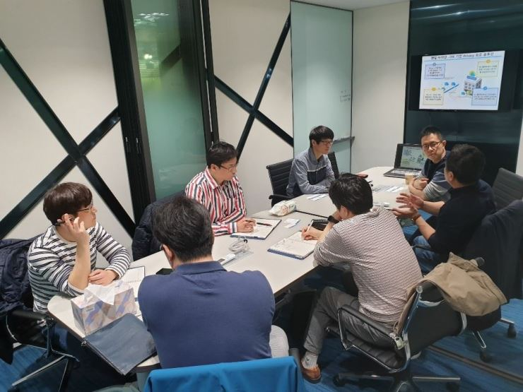 Members of fintech startups hold a meeting with Woori Bank officials at Dinno Lab in Yeouido, Seoul in this file photo. / Courtesy of Woori Bank