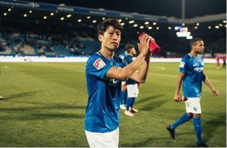 Lee Chung-yong plays for German Bundesliga second-tier team Bochum in this 2018 file photo. The winger celebrates the 10-year anniversary of his big move to Europe this year. He has played mostly in the English Premier League for Bolton Wanderers and Crystal Palace FC. /Korea Times file