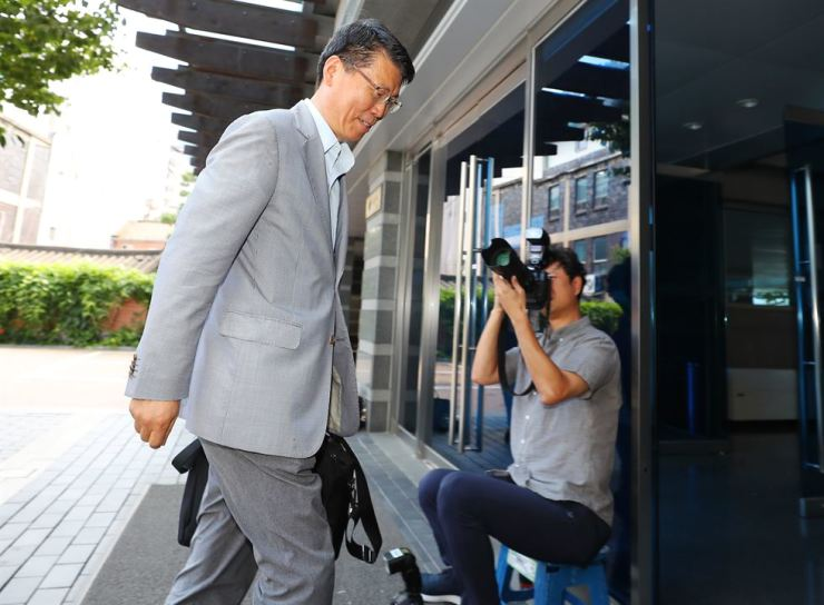 Eun Sung-soo, nominee for the position of chairman at the Financial Services Commission (FSC), walks into the Financial Supervisory Service's training center in central Seoul, Sunday, where an office to prepare for his confirmation hearing has been set up. He spent the weekend preparing for the hearing, which is set to take place this month. The FSC is set to submit a request for the hearing to the National Assembly this week and related regulations state that the Assembly needs to hold the hearing within 20 days of receiving the request. / Yonhap