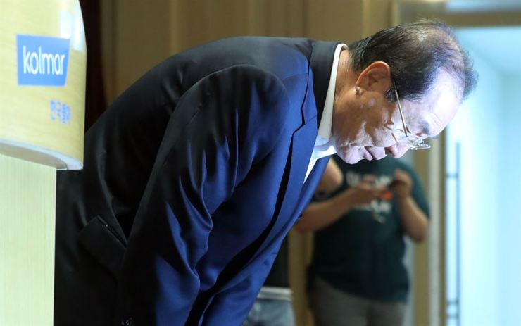 Kolmar Korea Chairman Yoon Dong-han bows at the firm's R&D center in Seoul, Sunday, to make a formal apology for sharing far-right, socially divisive YouTube content with employees. / Yonhap