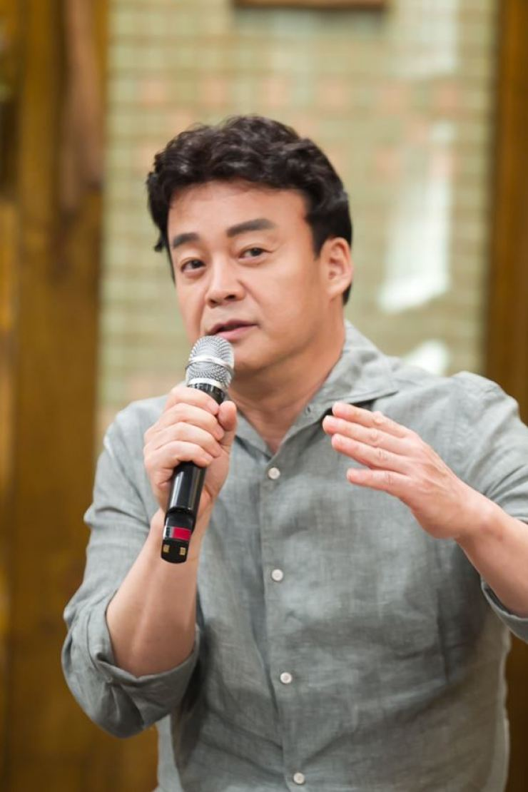 Chef and food chain entrepreneur Back Jong-won serves as a mentor in SBS' reality show 'Alley Restaurant.' He visits small eateries which are struggling for various reasons and gives the owners advice on how to fix their problems to be reborn as trendy eateries. / Korea Times file