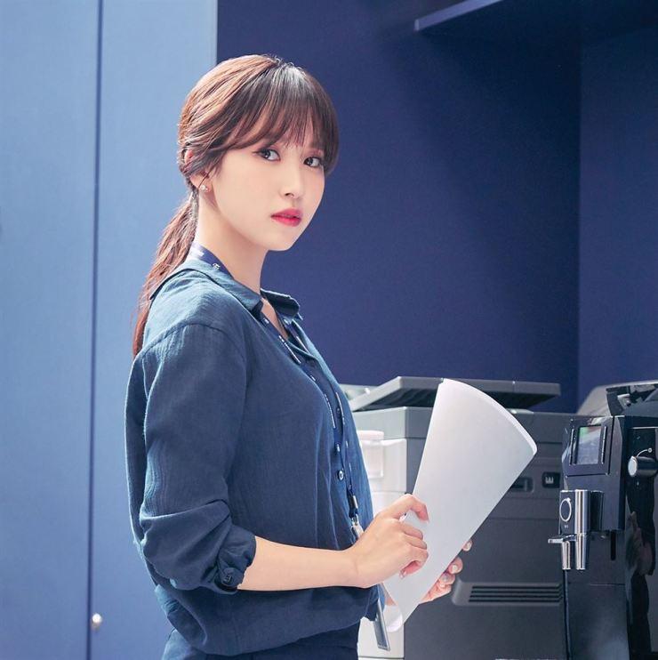 Frail TWICE star Mina returns to Korea