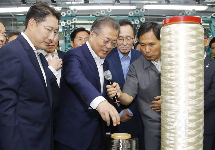 President Moon Jae-in, second from left, talks to Hyosung Group Chairman, left, and employees during his visit to the carbon fiber plant in Jeonju, North Jeolla Province, Tuesday. Yonhap