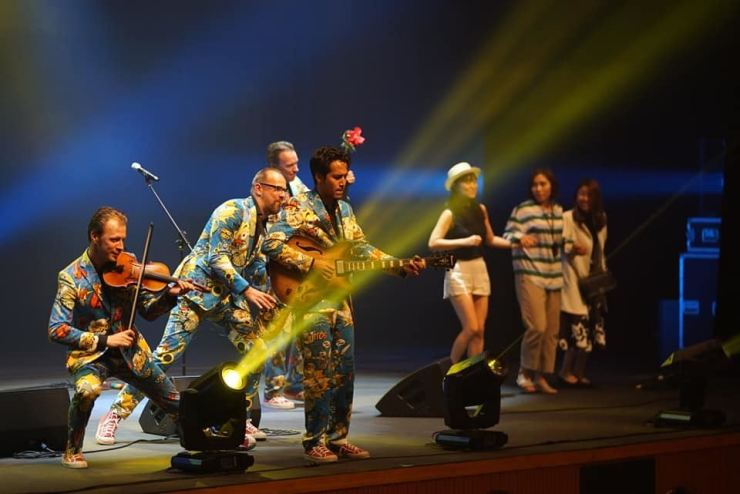 Dutch jazz comedy troupe The Busquitos invites audience members on stage to dance during a performance at Jazz in Daegu 2018 / Courtesy of Kim Ji-soo