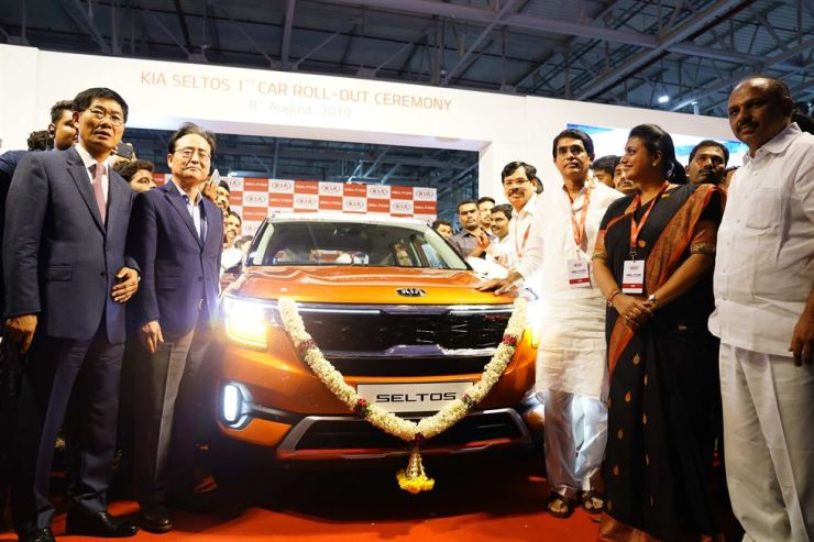 Kia Motors India Managing Director and CEO Shim Kook-hyun, left, poses with Korean Ambassador to India Shin Bong-kil, second from left, and other VIP guests at the 'Kia Seltos 1st Car Roll-Out Ceremony' held at its plant in Anantapur in Andhra Pradesh, India, Aug. 8. The automaker said the plant will be able to produce 52,000 cars this year and it aims to produce 300,000 within three years to export Indian-made cars to Middle Eastern, Latin American and Asian markets. Courtesy of Kia Motors