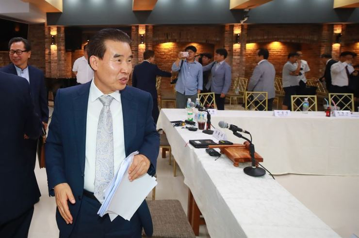 Kang Heung-ku, the head of the PCK court, leaves the meeting room at the Korean Church Centennial Memorial Building in central Seoul, after the members ruled against Myungsung Church's father-son pastoral succession on Tuesday. / Yonhap