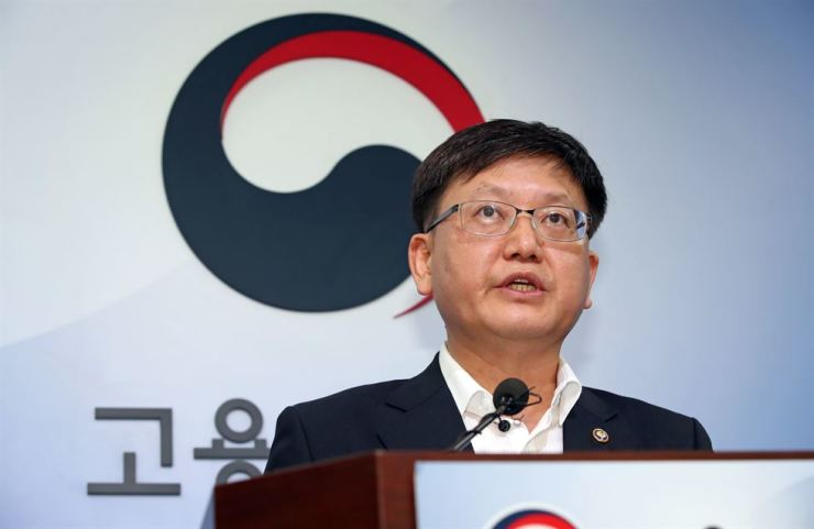 Employment and Labor Vice Minister Im Seo-jeong talks about the government's decision to set 2020's minimum hourly wage at 8,590 won during a press conference at the Government Complex Sejong, Monday. Yonhap