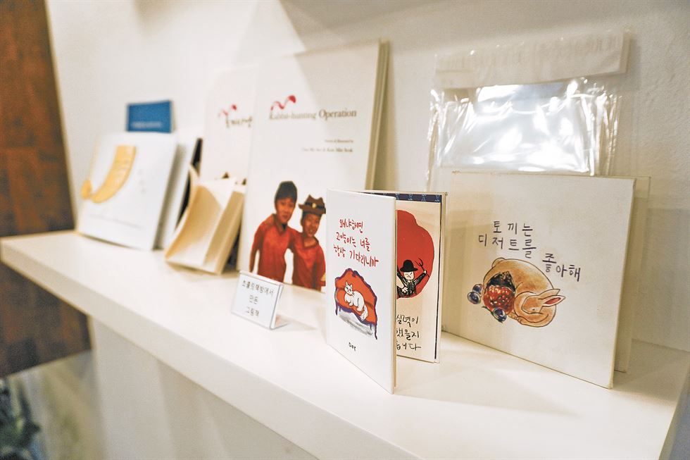 Inside chocolate bookstore is a huge table with eight seats for social gathering. / Korea Times photo by Jung Hae-myoung