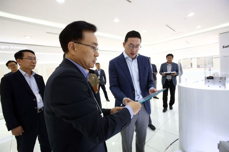 LG Group Chairman Koo Kwang-mo, right, checks a third-generation EV battery pack that LG Chem is developing, during his visit to the LG Chem Research Park in Daejeon, Thursday. His visit comes at a time when large companies here have boosted efforts to develop future technologies and localize key materials and parts following Japan's export regulations. / Courtesy of LG Group
