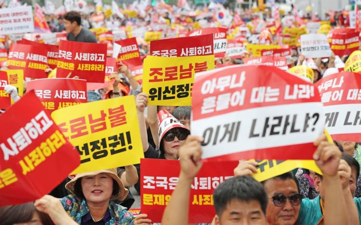 Activists and members of the main opposition Liberty Korea Party protest against the controversial justice minister candidate, Cho Kuk, at Gwanghwamun Square in central Seoul, Saturday. Yonhap