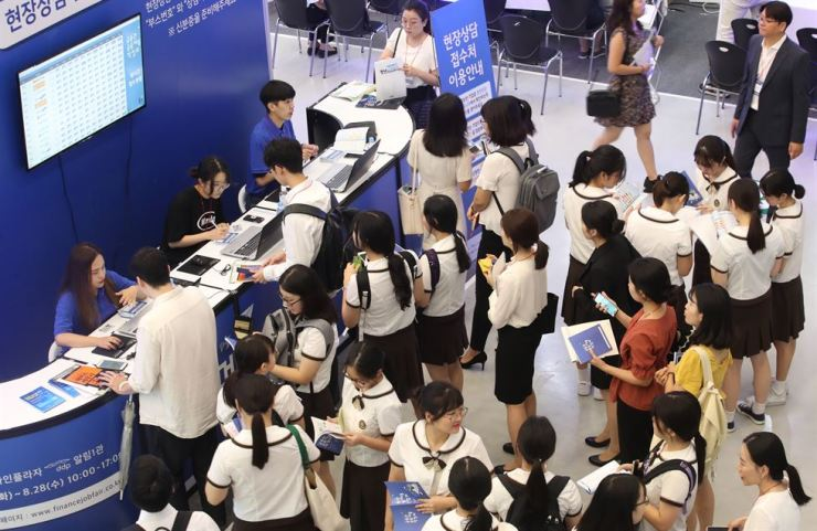 Jobseekers apply for on-the-spot interviews at the Finance Job Fair at Dongdaemun Design Plaza in Seoul, Tuesday. The Financial Supervisory Services said 60 financial services firms participated in the two-day career fair. / Yonhap