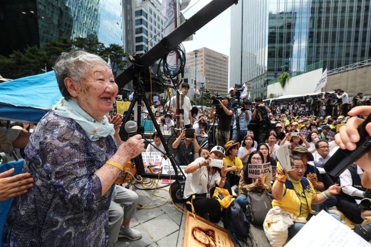 Gil Won-ok, one of the survivors of Japanese military's sexual slavery, thanks protestors for participating in the 1400th weekly protest in front of the former Japanese embassy in Seoul, Wednesday, asking them to 'fight to the end.' Korea Times photo by Shim Hyun-chul