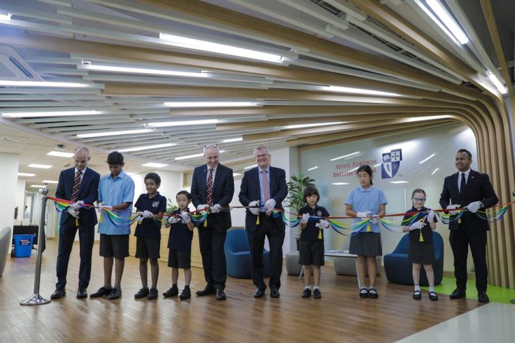 Dignitaries cut a ribbon in a ceremony to celebrate the opening of new facilities at Seoul Foreign British School, Monday. They are: Seoul Foreign British School principal Andrew Freeman, left, head of Seoul Foreign School Colm Flanagan, fifth from left, British Ambassador to Seoul Simon Smith, sixth from left, and British Embassy deputy head of mission Nikesh Mehta, right. /Courtesy of Seoul Foreign British School