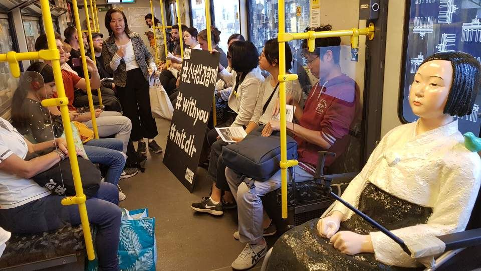 A German woman sits next to the 'comfort woman' statue in Berlin, Wednesday (local time). Human rights activists have launched a campaign in the country to raise awareness of the issue of Japan's wartime sex slavery. Yonhap