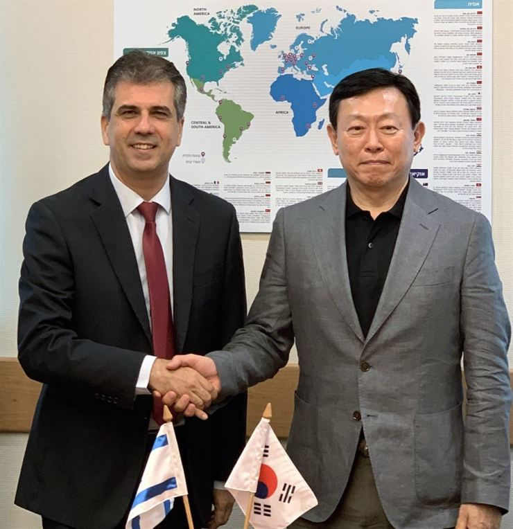 Lotte Group Chairman Shin Dong-bin, right, shakes hands with Israeli Minister of Economy and Industry Eli Cohen during their meeting in Israel, Sunday (local time). The chairman said Lotte is looking for investment opportunities in innovative Israeli startups focused on agriculture, robots and artificial intelligence, and the minister pledged required support. Courtesy of Lotte Group