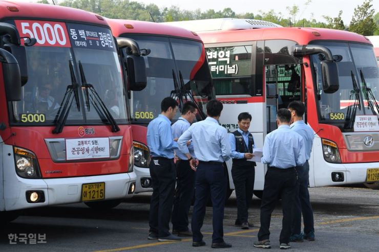 Bus drivers on standby for their next shift in Yongin Gyeonngi Province. Korea Times file