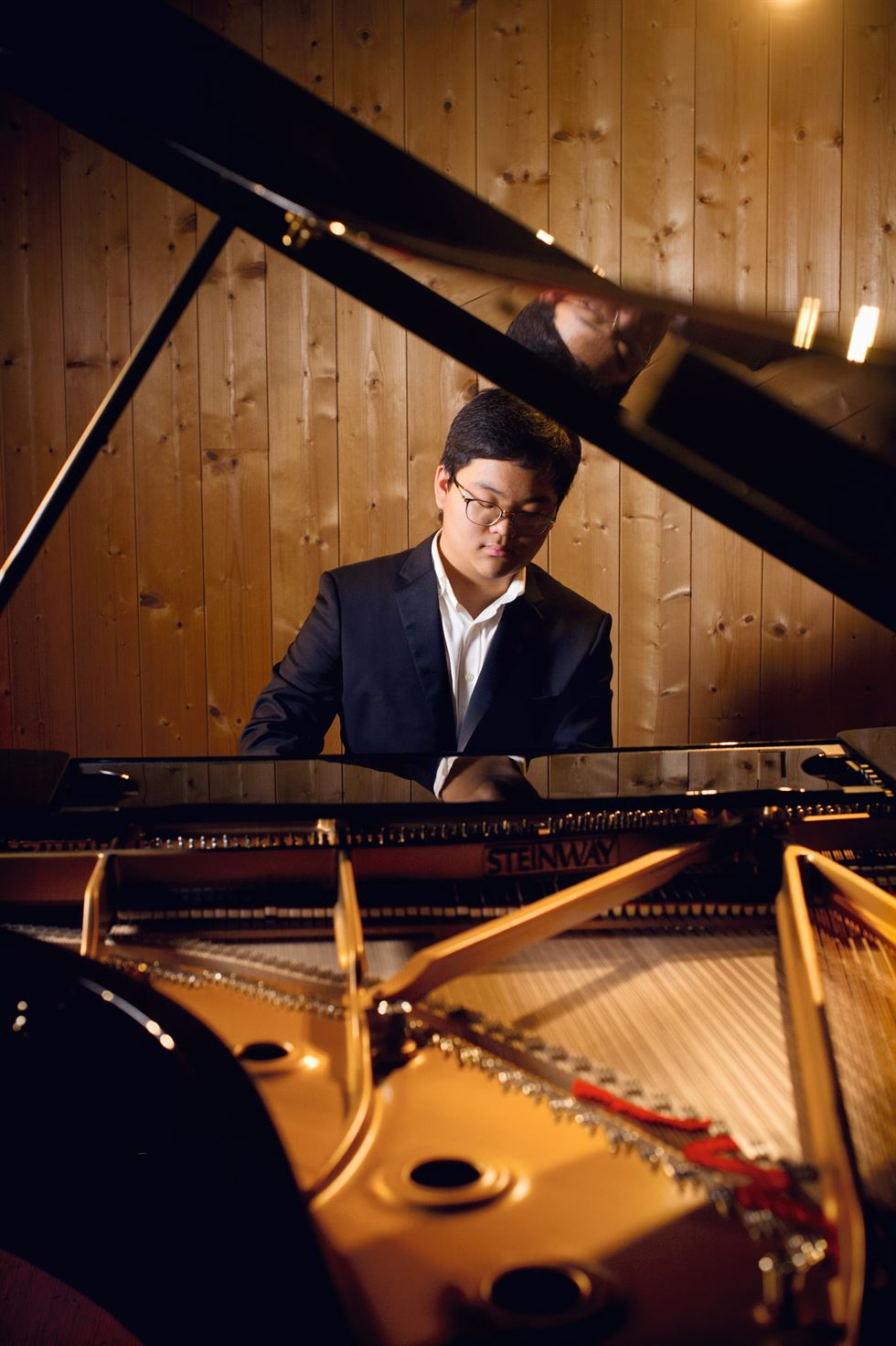 Pianist Kim Doo-min plays Mendelssohn's 'Rondo Capriccioso in E Op.14' during a press conference held at Kumho Art Hall Yonsei in Seoul, Thursday. Courtesy of Warner Classics