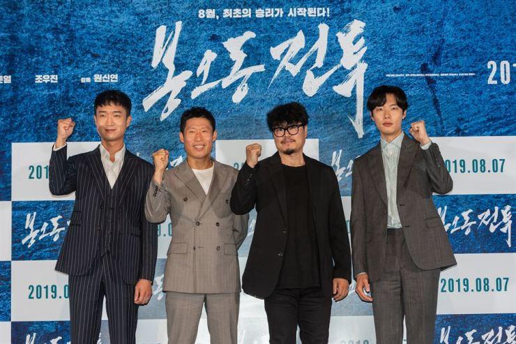 From left, actor Jo Woo-jin, actor Yu Hae-jin, director Won Shin-yeon and actor Ryu Joon-yeol pose during the media conference of the film 'The Battle: Roar to Victory.' (왼쪽부터) 배우 조우진, 유해진, 원신연 감독, 배우 류준열이 영화 '봉오동 전투'의 언론 시사회에서 포즈를 취하고 있다. /Courtesy of Showbox
