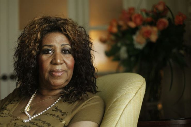 This July 26, 2010 file photo shows performer Aretha Franklin in Philadelphia. As the anniversary of her death approaches, two of her doctors tell The Associated Press that the Queen of Soul handled the diagnosis and treatment with grace and the grit to keep performing for years with a rare type of cancer. AP-Yonhap