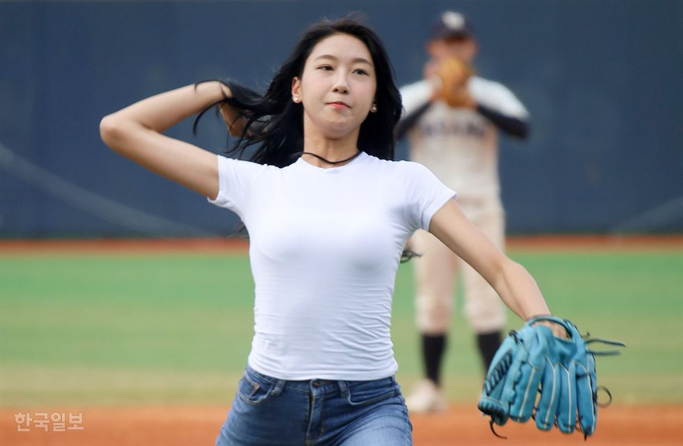 Shin Yoon-ah, a 2019 Miss Korea runner-up, throws the ceremonial first pitch at a game between Ansan Technical High School and Busan High School at Mokdong Baseball Stadium in Seoul, Sunday. Shin is one of the six runners-up in this year's beauty pageant, held in July by The Korea Times and its sister paper the Hankook Ilbo daily. Korea Times photo by Suh Jae-hoon