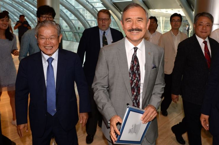 U.S. Ambassador to Korea Harry Harris, right, enters the head office of the Federation of Korean Industries (FKI) on Yeouido in Seoul, Tuesday, to have a closed-door meeting with the CEOs of Korea's top 30 companies. During the meeting, Harris told the CEOs that a smooth resolution of the trade spat between Korea and Japan was not only important for both economies and global supply chains, but also for the security alliance among the United States, Korea and Japan. On the left is FKI Vice Chairman Kwon Tae-shin. Yonhap