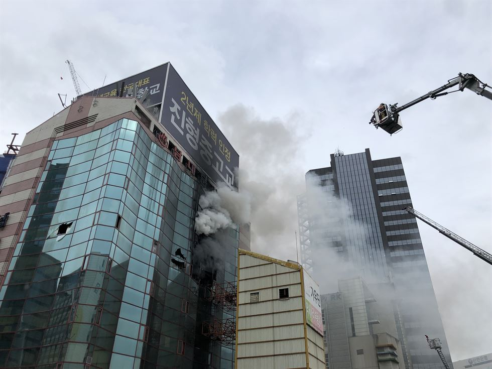 Namdaemun Officetel, a high-rise apartment and retail block in Seoul's Jung District, caught fire Thursday morning ― on the 74th Liberation Day holiday. The 10-story building is close to Namdaemun, South Korea's No.1 national treasure. The fire erupted in storage areas on the eighth floor. There were no reports of casualties. Korea Times photo by Shim Hyun-chul
