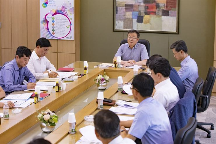 KT&G CEO Baek Bok-in, center, holds a regular meeting with the presidents of business units to discuss plans for the latter half of 2019. Courtesy of KT&G