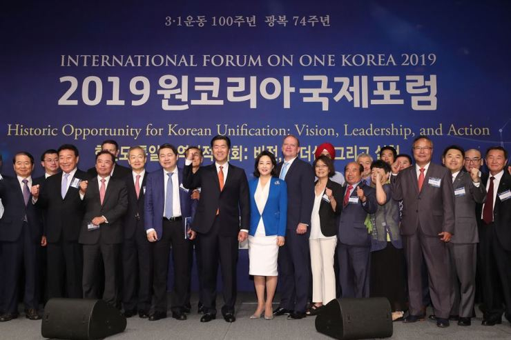 Participants including Moon Hyun-jin, chairman of the Global Peace Foundation (GPF), center, pose during the International Forum On One Korea on the theme of 'Historic Opportunity for Korean Unification: Vision, Leadership and Action,' at the Plaza Hotel, Seoul, Wednesday. Yonhap
