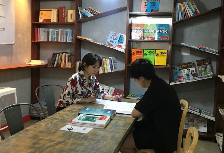 Park Min-hye gives lessons at her Chinese Academy in Gyeonggi Province. Courtesy of Park Min-hye