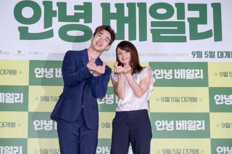 Henry Lau, left, and Katheryn Prescott pose for pictures during a media conference for the film 'A Dog's Journey,' Thursday, held at Yongsan CGV, Seoul. Courtesy of CGV Arthouse