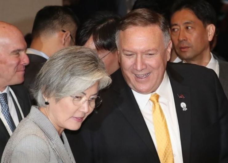 U.S. Secretary of State Mike Pompeo speaks to South Korean Foreign Minister Kang Kyung-wha at the foreign ministerial session of the East Asia Summit in Centara Grand Hotel in Bangkok, Thailand on Aug. 2. Yonhap