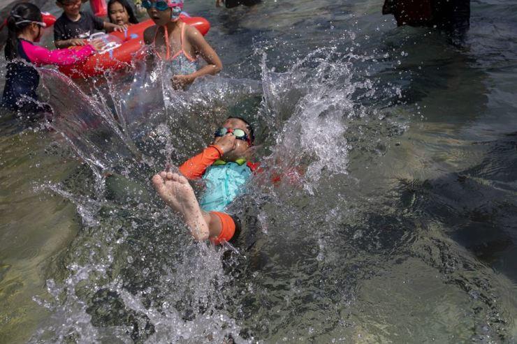 A boy dives into an outdoor swimming pool near Sungnae stream, Songpa-gu, Seoul, Monday. Korea Times photo by Shim Hyun-chul