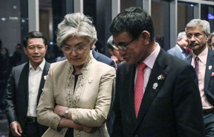 Foreign Minister Kang Kyung-wha speaks with her Japanese counterpart Taro Kono while attending a banquet dinner on the sidelines of the ASEAN Regional Forum in Bangkok, Thailand on Aug. 2. Yonhap