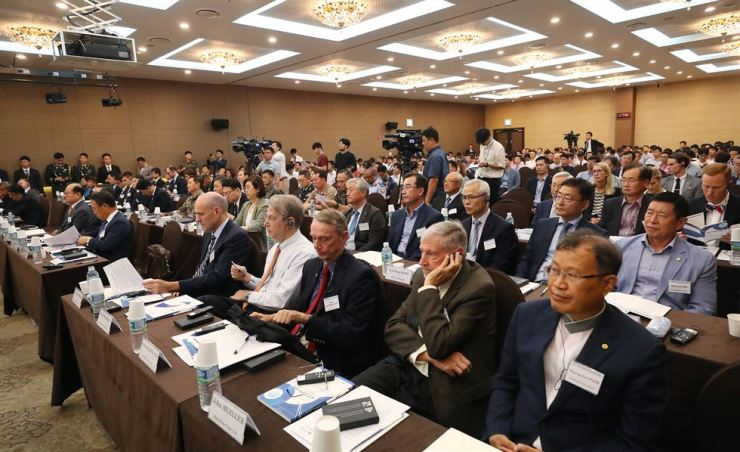 International relations scholars from home and abroad and South Korean government officials attend the first World Congress of Security Studies held at MND Convention in central Seoul, Aug. 26, the first day of the two-day forum. Yonhap