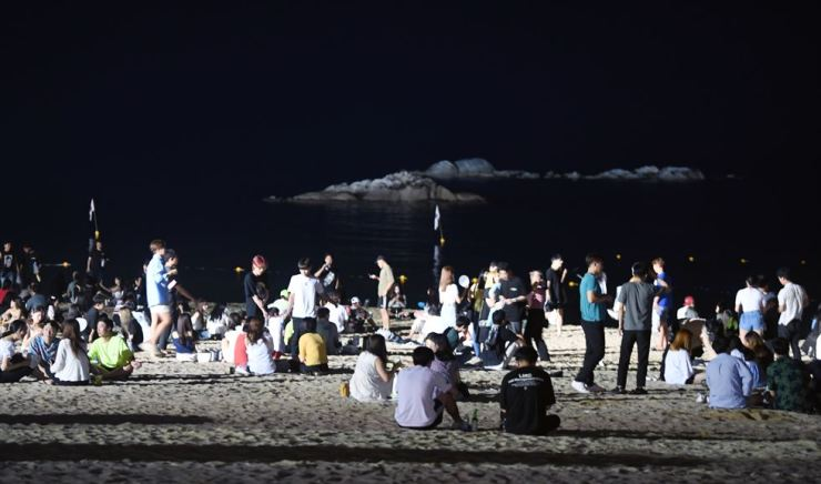 People cool off at Gyeongpo Beach in Gangneung, Gangwon Province, July 30, as the heat wave continued late into the night. / Yonhap