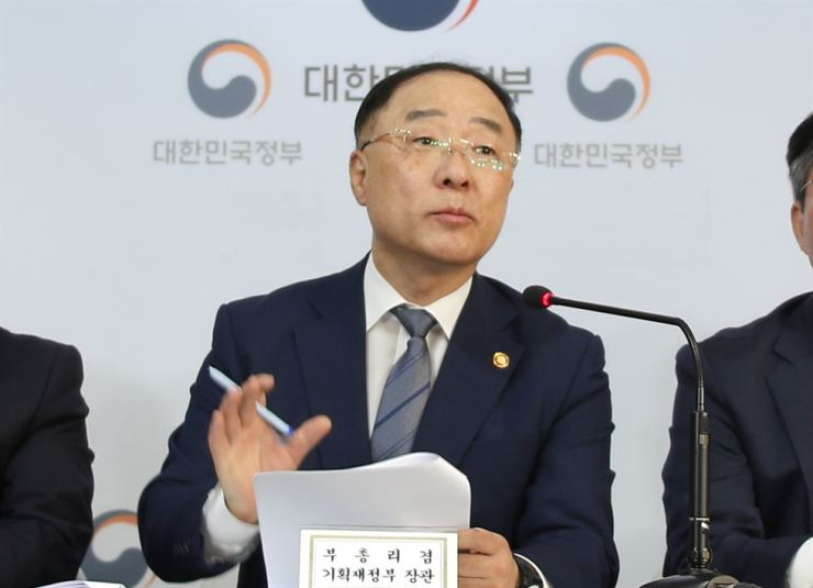 Finance Minister Hong Nam-ki speaks during a press conference at the Government Complex in Seoul, Friday. Despite Japan's export curbs, Hong said the government has no plan to revise its growth outlook for 2019, although global analysts expect Korea's GDP growth to be the slowest since the 2008 global financial crisis. / Yonhap