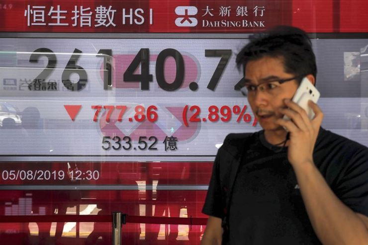An electronic board outside a bank in Hong Kong on Aug. 5 shows the falling Hang Seng Index. / AP-Yonhap
