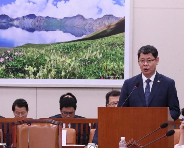 Unification Minister Kim Yeon-chul delivers a briefing on pending issues in a meeting at the National Assembly in Seoul on July 30. Yonhap