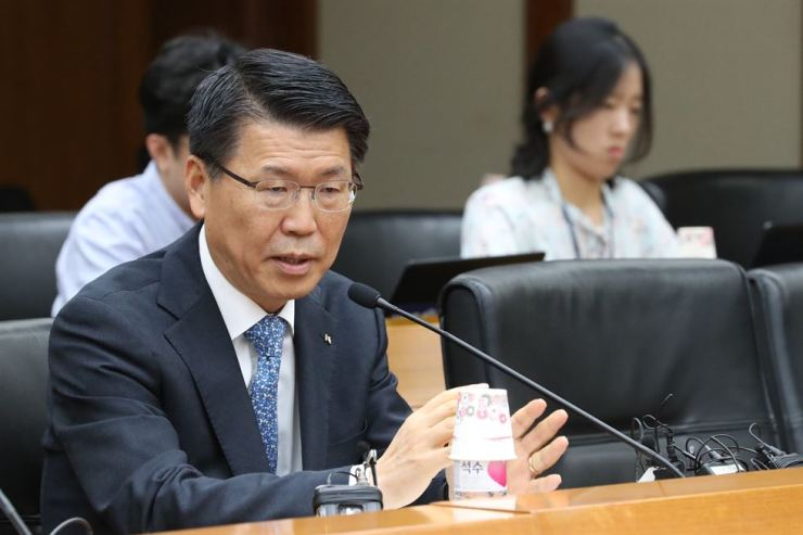 Financial Services Commission Chairman nominee Eun Sung-soo speaks during a press conference at the Export-Import Bank of Korea headquarters in Seoul, Friday. / Yonhap