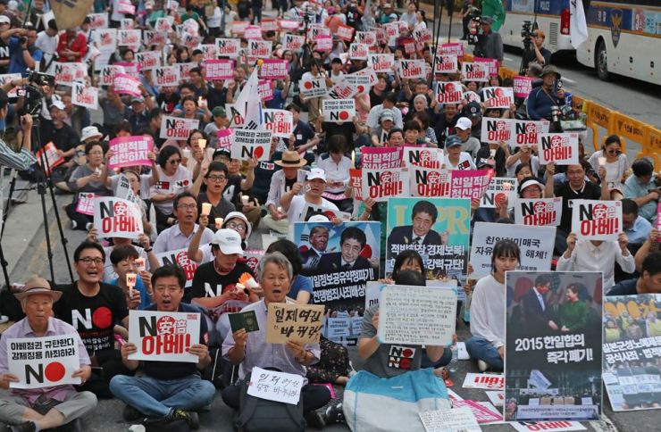 Activists hold a protest near the Japanese Embassy in Seoul, Saturday, calling for Japanese Prime Minister Shinzo Abe to end Tokyo's economic retaliation against Korea and to apologize for its wartime forced labor. Yonhap