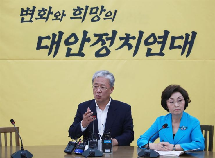 Rep. You Sung-yup, left, floor leader of the Party for Democracy and Peace (PDP), speaks during a meeting to discuss forming a new party with his party members at the National Assembly, Thursday. Ten PDP lawmakers decided to leave the party. Yonhap