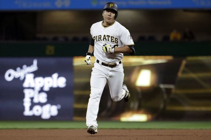 Pittsburgh Pirates' Jung Ho Kang rounds second after hitting a solo home run off Arizona Diamondbacks starting pitcher Merrill Kelly in the sixth inning of a baseball game in Pittsburgh in this April 24 file photo. AP-Yonhap