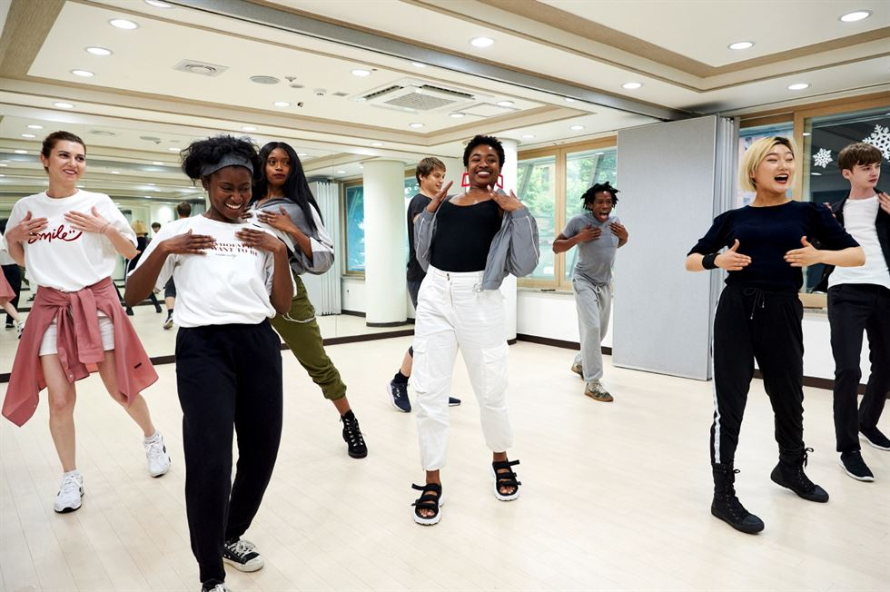 Guests visiting Korea learn K-pop choreography at a dance studio in Seoul. /Courtesy of Airbnb Korea