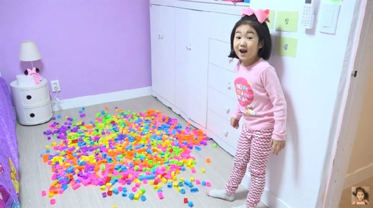Six-year-old YouTuber Lee Bo-ram plays with her toys in her room on a video posted last month. / Captured from YouTube