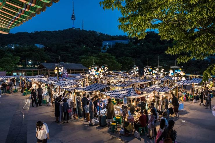 People shop at a traditional night market at Namsangol Hanok Village in Seoul, during last year's session. / Courtesy of Seoul Metropolitan Government
